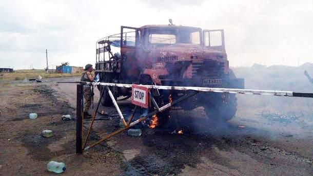 Обстрелянный грузовик украинских военных возле Гранитного