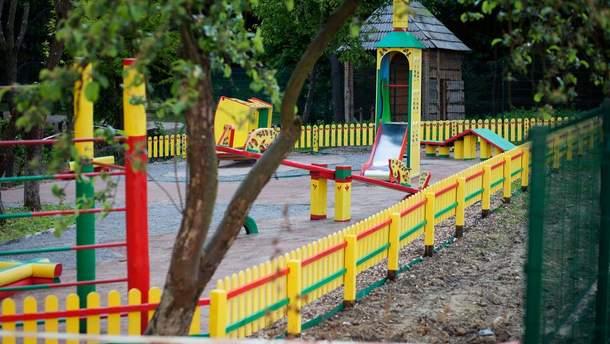 У Києві на дитячому майданчику чоловік порізав руки дитині