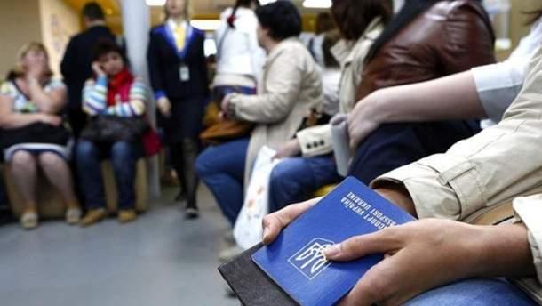 Украинцы за рубежом в основном работают нелегально
