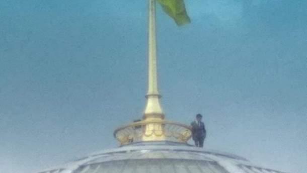 На купол Верховной Рады взобрался человек