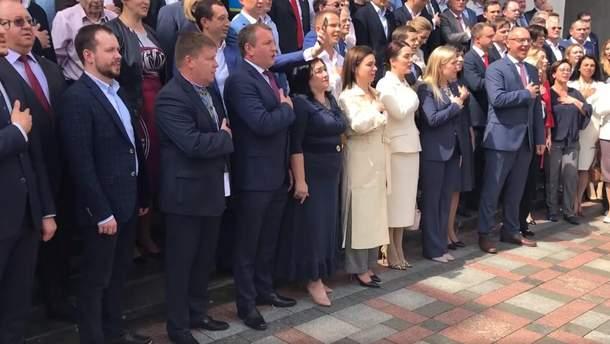 Нардепы вместе спели гимн под стенами парламента