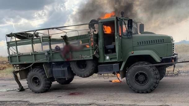 Військова вантажівка КрАЗ-5233 після обстрілу