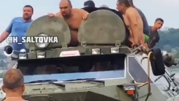 Невідомі каталися на БТРі в Харкові