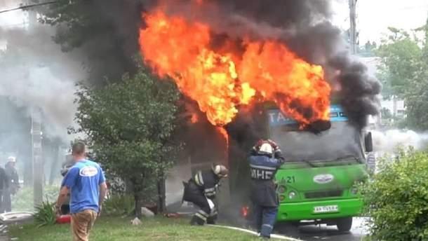 Вогонь охопив маршрутку в Харкові