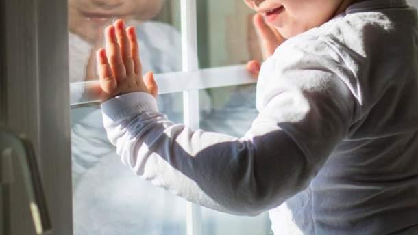 11-месячный ребенок выпал с 5 этажа в руки прохожих