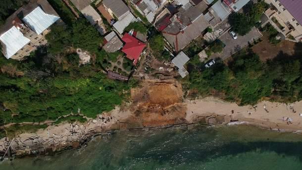 Обвал грунта на пляже в Одессе
