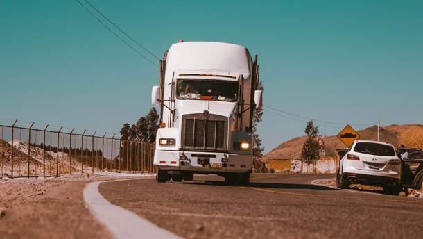 Нейромережу навчили керувати двома вантажівками одночасно