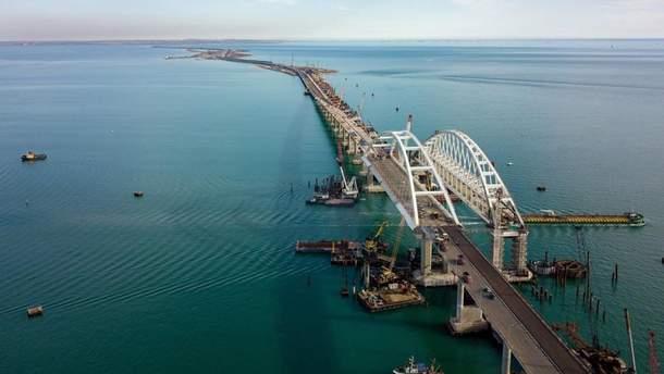 Оккупанты завершили прокладку рельсов на Крымском мосту