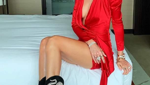 В красном платье с глубоким декольте: Кьяра Ферраньи ошеломила горячим образом