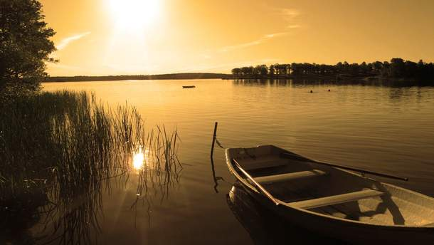 По озеру дрейфовала лодка с мертвым мужчиной
