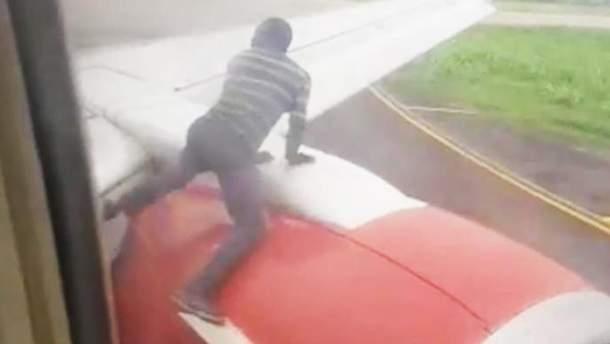 Чоловік хотів пролетіти в Гану верхи на крилі літака