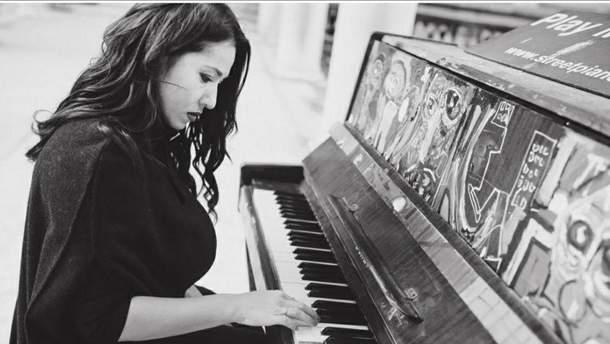 Наталка Карпа играет на фортепиано
