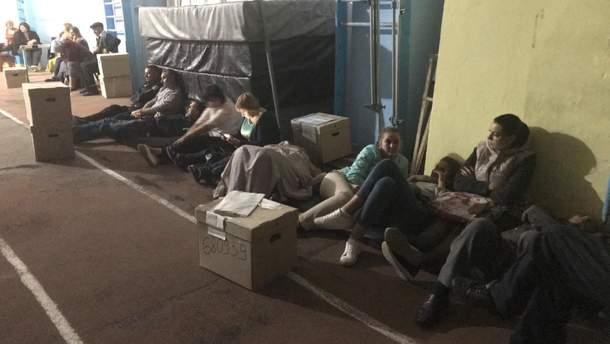 Члени ДВК привезли бюлетені та протоколи, чекають на змогу їх здати до ОВК