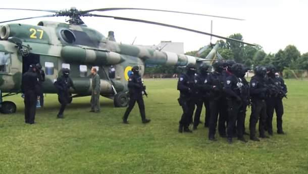 Гелікоптер з правоохоронцями в Коростені