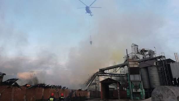 Нежин, пожар на заводе тушат с вертолета