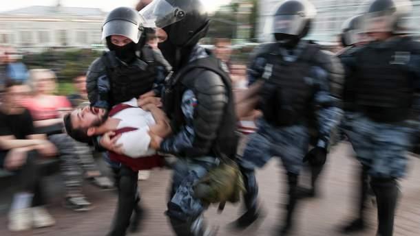 Задержанный участник протеста под мэрией Москвы порезал себе вены