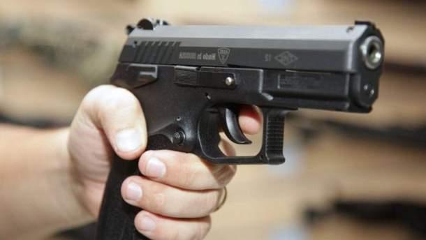 В Киеве мужчина выстрелил в девушку