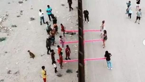 Гойдалка на кордоні між Мексикою та США