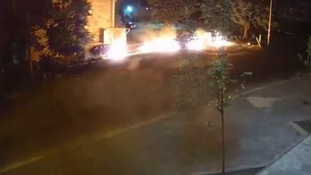 Неизвестный хотел поджечь авто и загорелся сам в Запорожье: жуткое видео