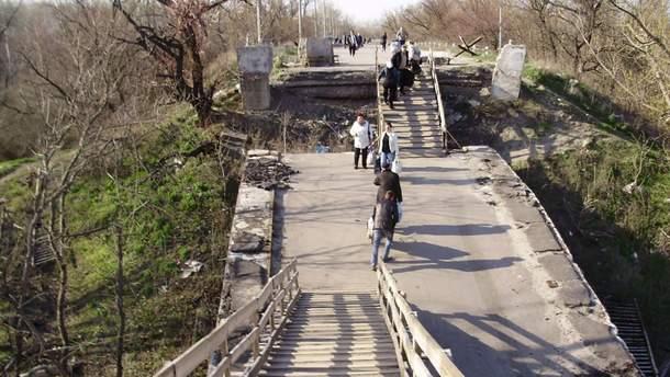 Разрушенный пешеходный мост в Станице Луганской