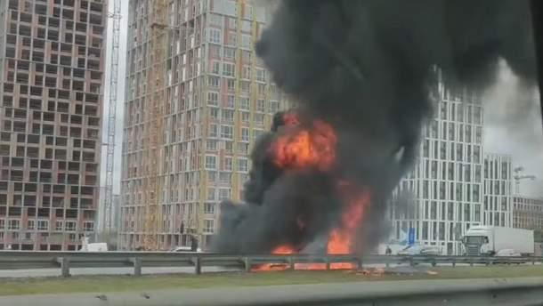 В Киеве загорелась машина