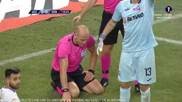 Петарда влучила у голову арбітру на матчі з українським футболістом: фото та відео