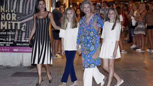 Королева Испании Летиция с дочерьми и свекровью
