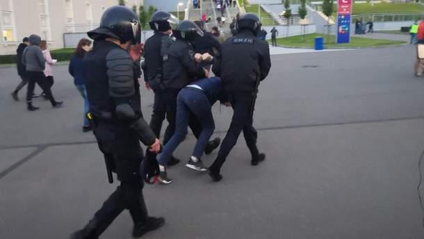 ОМОН снова избил болельщиков в России