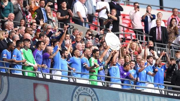 Зинченко празднует победу в матче за Суперкубок Англии
