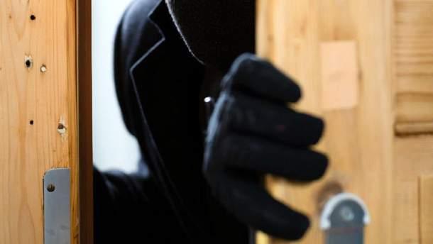 В Вышгороде судимый мужчина напал на женщину у нее дома