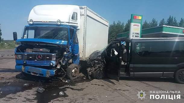 Микроавтобус с людьми из Станицы Луганской попал в ДТП на Луганщине: есть пострадавшие