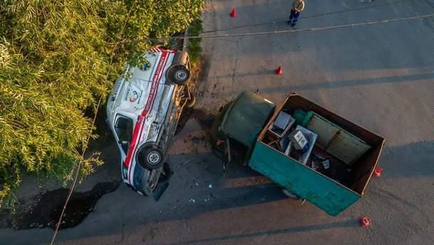 """У Дніпрі вантажівка врізалась у """"швидку"""", постраждали 5 людей"""