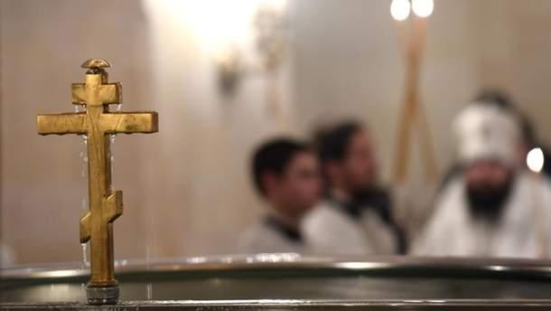 Священник, который травмировал ребенка во время крещения, объяснил свои действия