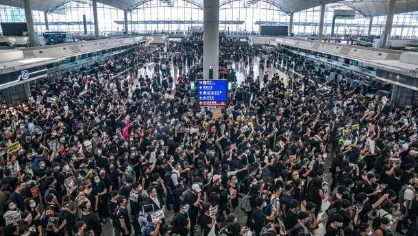 Протестувальники в аеропорту Гонконга