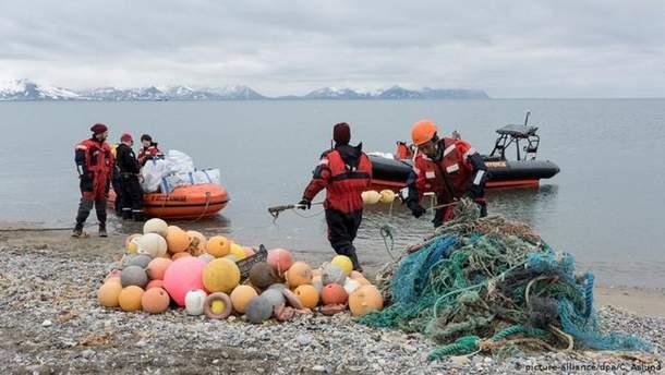 Активісти збирають пластикове сміття в Арктиці