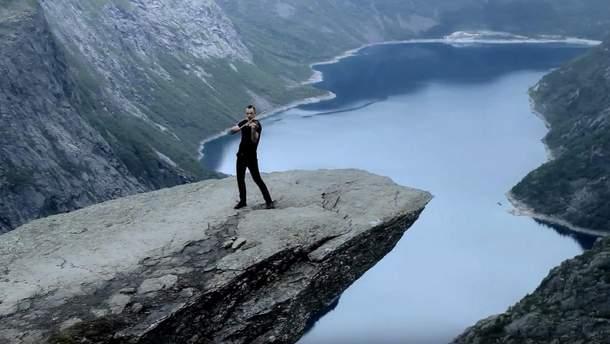 Украинский скрипач исполнил авторскую мелодию на скале в Норвегии