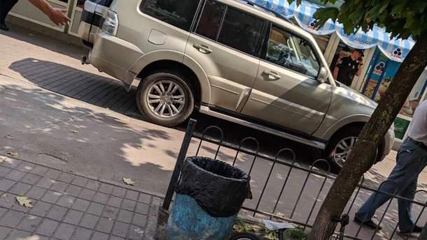 В Киеве отец разбил стекло в машине, задела его ребенка на тротуаре