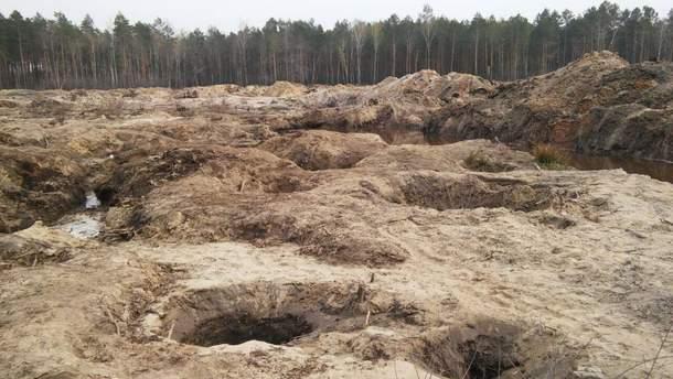 Місце незаконного видобутку бурштину