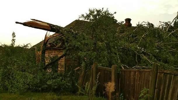 Внаслідок негоди у багатьох містечках України позривало дахи