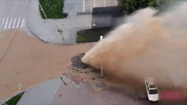 В Єкатеринбурзі утворився каналізаційний фонтан