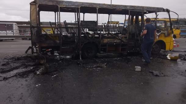 В Киеве взорвалась и сгорела маршрутка