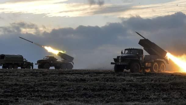 """Окупанти тримають на Донбасі """"Гради"""", танки, гаубиці"""