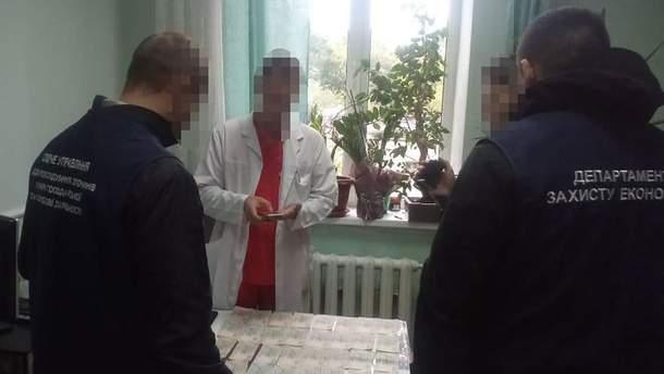 Правохоронці затримали лікарів, які вимагали хабарів від онкохворих