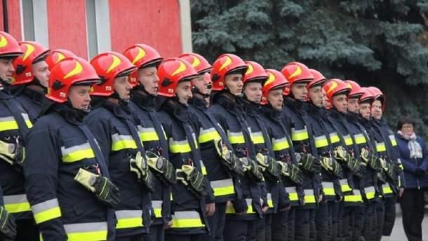 У Дніпрі через обвал даху під час пожежі постраждали рятувальники