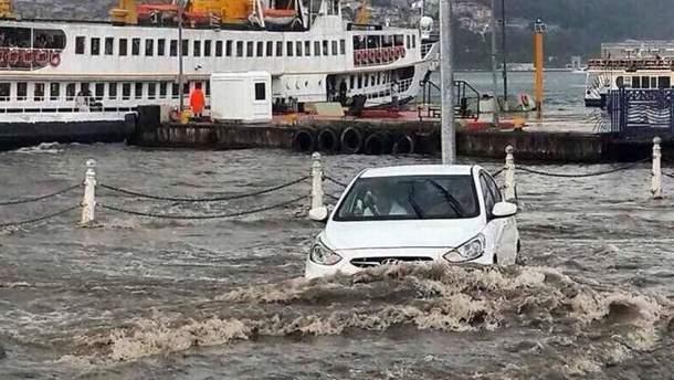 Стамбул пішов під воду через шалену зливу