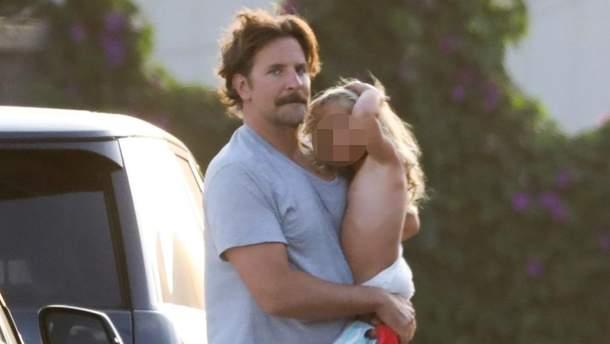 Бредлі Купер з донькою Леєю в Малібу