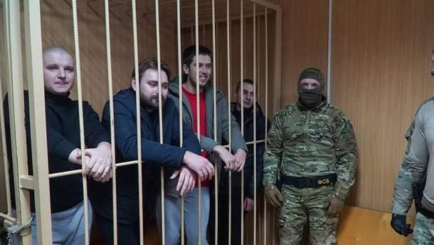 Российский суд оставил всех украинских моряков под стражей