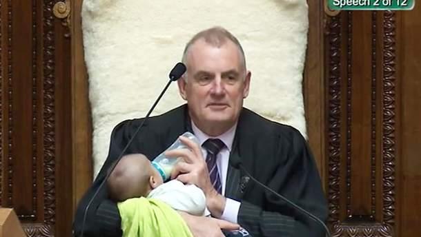 Тревор Маллард покормил младенца своего коллеги
