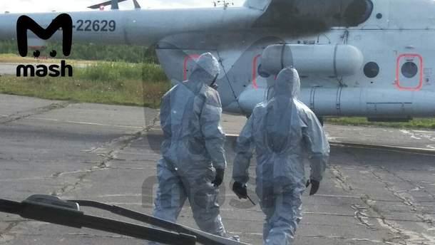 Эвакуация пострадавших с места инцидента: работают люди в противорадиационных костюмах