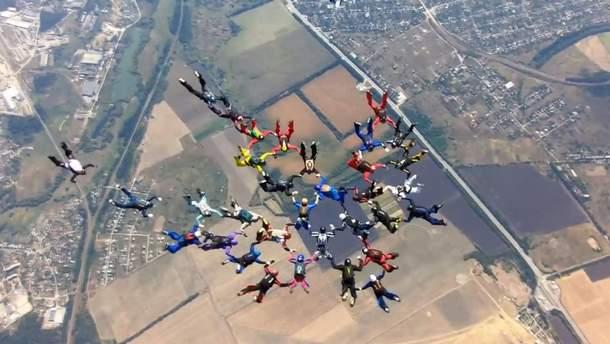 Парашютисты из 12 стран создали в небе фигуру трезубца: зрелищное видео